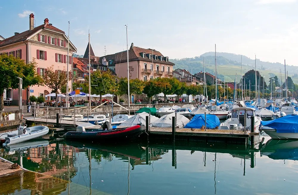Harbor and buildings of Lutry