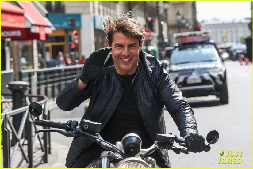 tom-cruise-fixes-his-hair-after-filming-mission-impossible-6-motorcycle-scenes-05