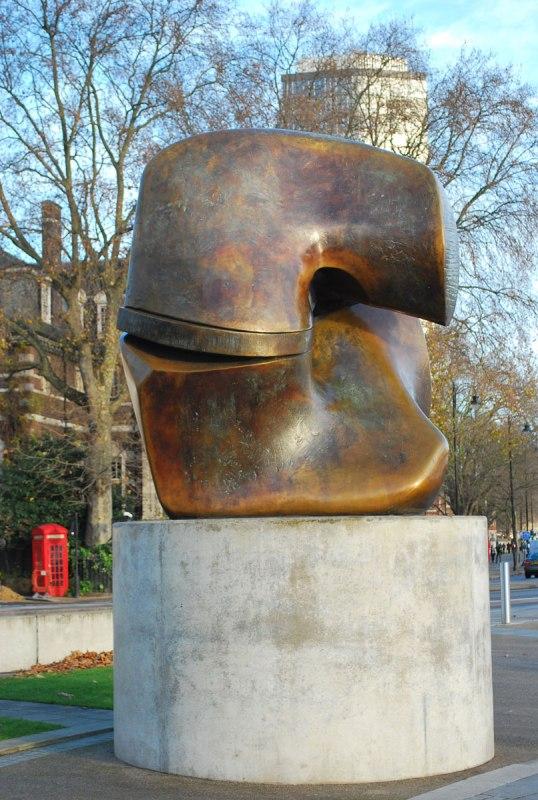 Henry Moore én een uitstervende phonebooth bij Tate Britain