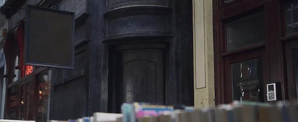 screenshot uit de film, met de deur in het zwart