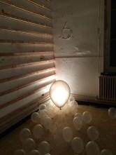 Na enkele dagen zijn de heliumballonnen gezakt .