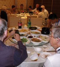Abendessen in Nanjing: links Mark (USA), rechts Peggy (GBR)