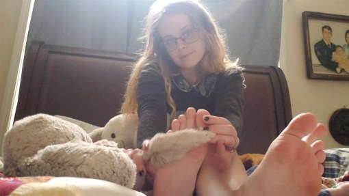 Lizzys Sexy Feet Show in her Bed