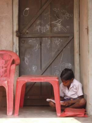 勉強する少年