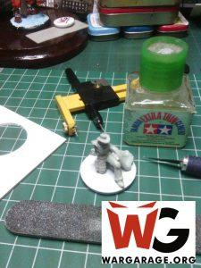 Mesa de trabajo para modelismo. Aplicando dry fit en una pieza antes de comenzar a pintarla