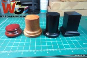 Las bases para exhibición de miniaturas pueden tener diversas formas, tamaños, materiales y debemos escoger la más adecuada para lo que deseamos mostrar