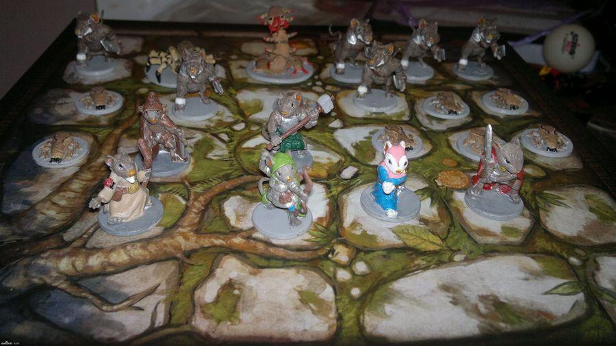 Mice and Mystics, fotografía de algunos personajes y enemigos encima de una de las hermosas losetas de mapas de este estupendo juego de mesa.