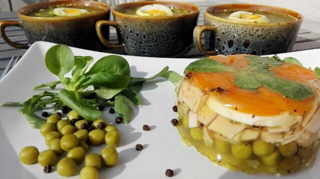 Galaretka z jajkami, warzywami i szynką