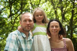 Young girl with her parents in Streatham Common Woods, photographed by Anna Hindocha/Warm Glow Photo