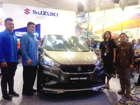 Harold Donnel, 4W Head of Brand Development & Marketing Research PT Suzuki Indomobil Sales meninjau langsung booth Suzuki pada pembukaan GIIAS Surabaya (15/9)