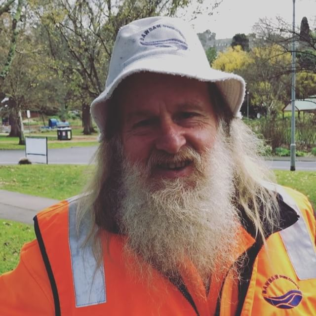 🍁 🍂 Greg is the man who keeps the gardens looking amazing all year round at Civic Park. It's a huge job getting rid of all the fallen leaves in autumn! We really appreciate all his effort to ensure that the park looks extra shiny on market days. Greg thinks we've been very lucky with the weather over the past 54 markets and says it's about time we had a wet one 😂. However we're praying like mad that Saturday is a dry day – happy for it to pour rain all week though 🌧 Rail, hail or shine … Warragul Farmers Market is open and the fires will be crackling @bawbawshire