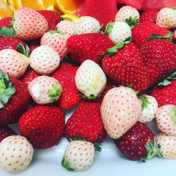 How good do red and white strawberries look on a fruit platter. Today you can get your strawberries at the Warragul Farmers Markets.  @gippsland_strawberries