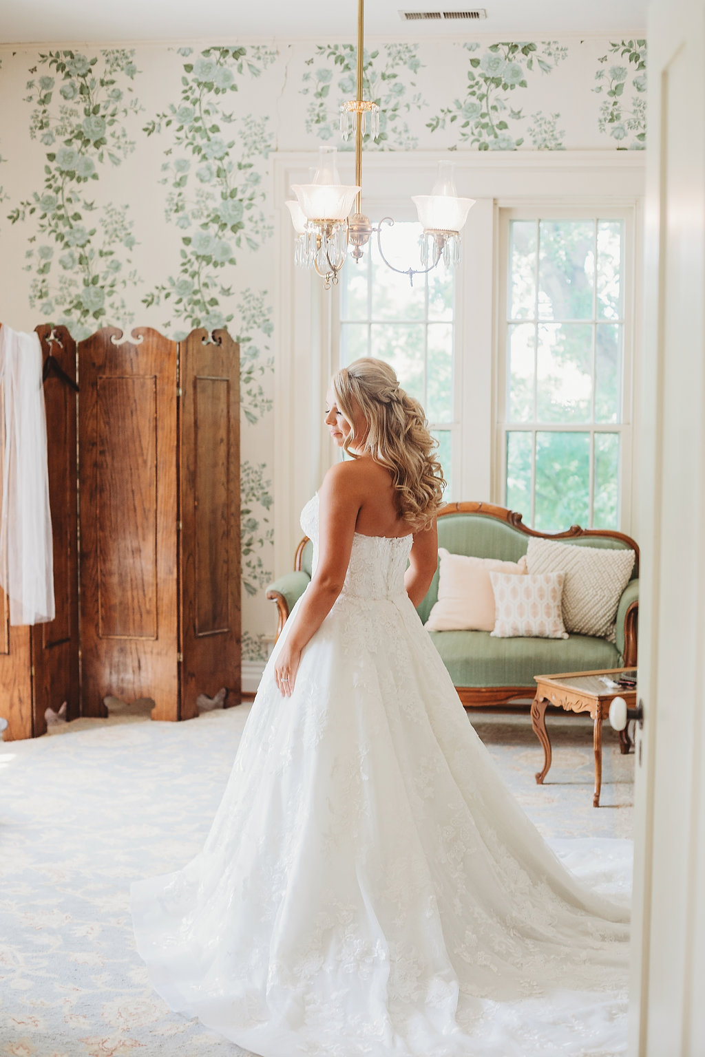 Bride in bridal suite at Warrenwood Manor