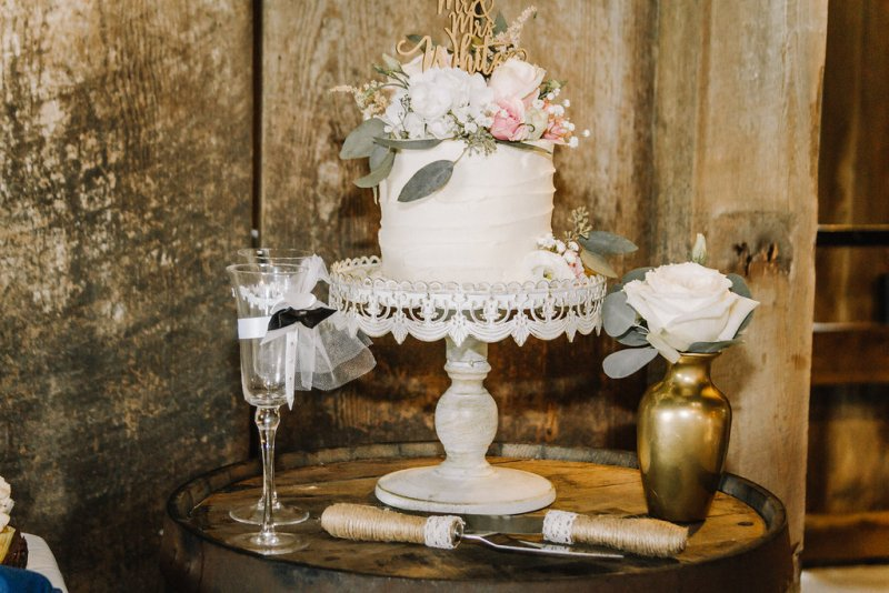 Single tier cake at barn wedding