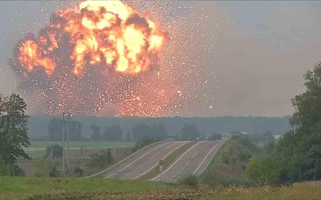 Masívny výbuch zasiahol sklad munice v Kazachstane v meste Arys -video-