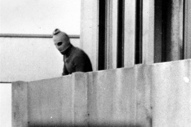 Один из палестинских боевиков на балконе здания в олимпийской деревне - Мюнхен-1972: точка отсчёта для антитеррора | Warspot.ru