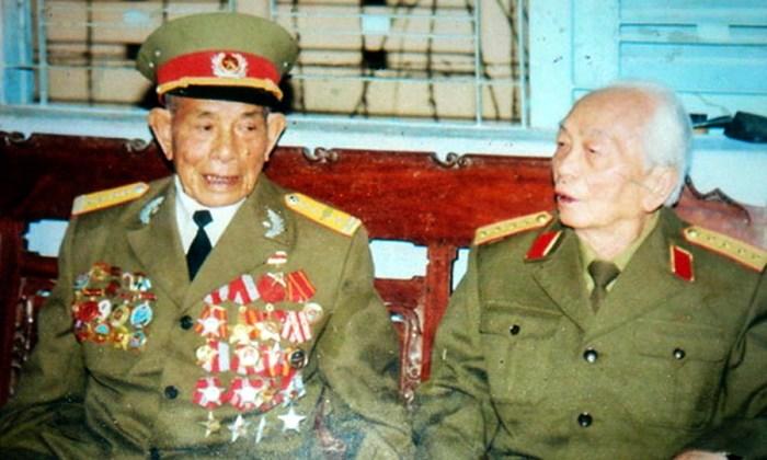 Полковник Чан Ван Бо (слева) с боевым товарищем (http://giaoduc.net.vn)