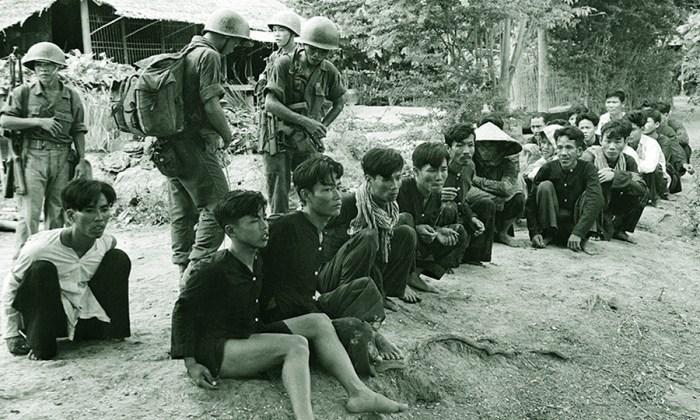 Солдаты армии Южного Вьетнама охраняют пленных вьетконговцев (https://cdni.rt.com)