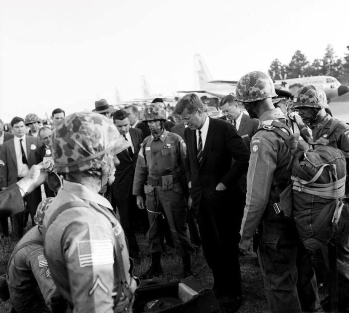 Солдаты 82-й воздушно-десантной дивизии перед президентом Джоном Кеннеди в Форт-Брэгге, 12 октября 1961 года. Именно Кеннеди санкционировал бурное развитие сил специальных операций jfklibrary.org