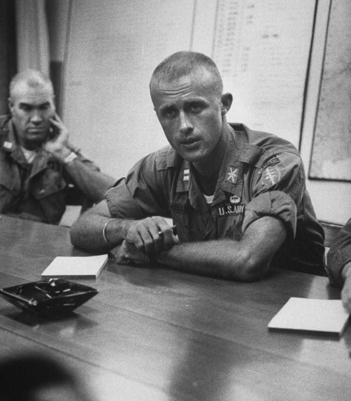 Один из самых известных «Зелёных беретов» и американских советников в Южном Вьетнаме капитан Вернон Гиллеспи рассказывает о своём опыте в штабе командования 2-го корпуса АРВ. Ноябрь 1964 года pinterest.com