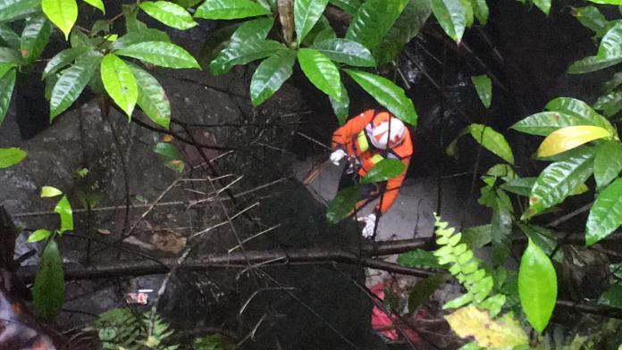 Proses evakuasi jasad Putri Dapitri di dasar jurang di Banjar Celuk Desa Buruan, Blahbatuh, Gianyar.