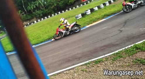 Pembalap tuan rumah Finish diurutan ke 4 kelas 150cc Perorangan saat PON XIX Jabar Cabor Balap Motor
