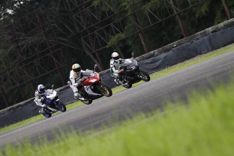cbr250rr-di-sentul-balapan-dengan-r25-dan-ninja