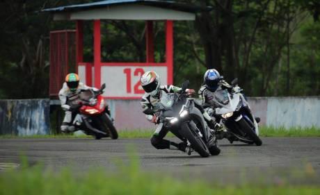 Honda CBR250RR vs R25 dan Ninja 250 FI di Sentul