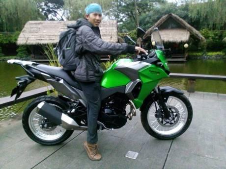Kawasaki Verys 250cc ditunggangi Mang Agun yang memiliki tinggi badan 163 km wkwkwkwkw