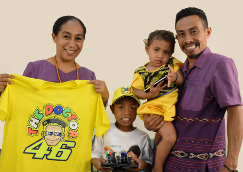 Daddy Rossi bersama keluarganya, dia mengenakan T-shirt 46 ASIA