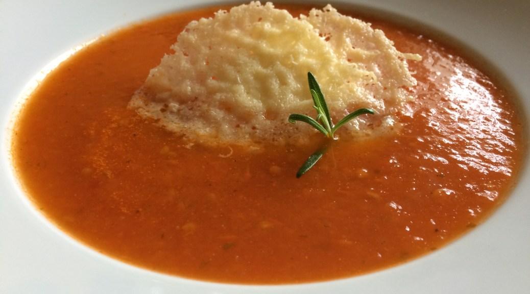 Tomatensuppe mit Parmesan Chips