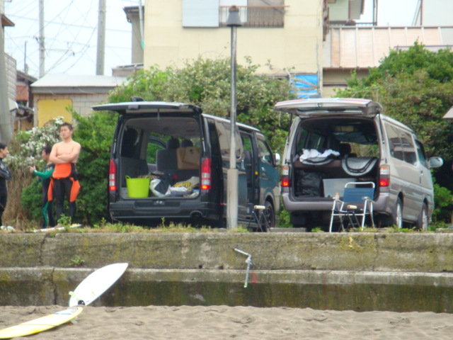 Surfers and their vans