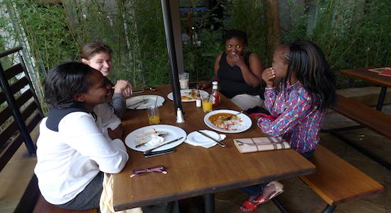 Cindy, Stacey und Carol sprechen mit unserer Autorin Ruth über ihre Schulzeit. Foto: (c) Ruth Asan