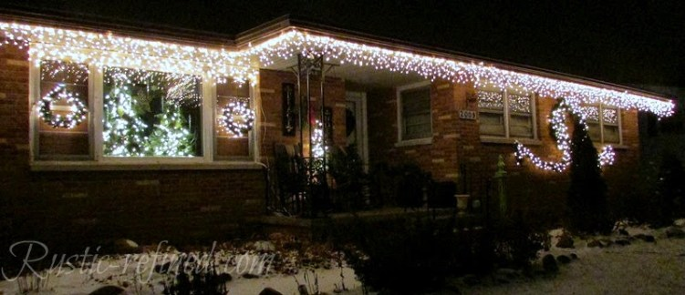 How to hang Christmas Lights the easy way 2 (Photo - www.rustic-refined.com)