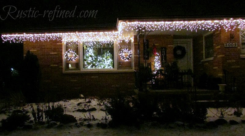 How to hang Christmas Lights the easy way 5 (Photo - www.rustic-refined.com)