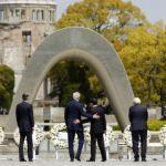 Kerry visits Hiroshima memorial