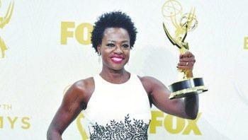A triumphant Viola Davis shows off her Emmy Award. (Courtesy of houstonchronicle.com)