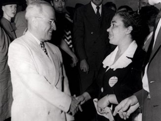 Alice Allison Dunnigan shakes hand with Harry Truman. (Courtesy of Robert Dunnigan via newseum.org)