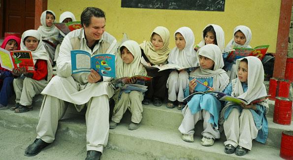 Greg Mortenson with Gultori schoolchildren in Pakistan. (Image courtesy Central Asia Institute)