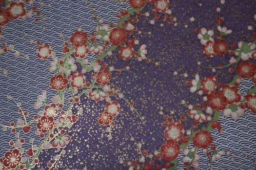 yuzen con mottivos de ondas de agua y flores de ciruelo