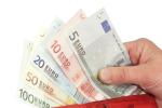 Eine Hand hält ein Bündel Geldscheine