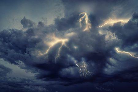 Dunkle Wolken mit Blitzen