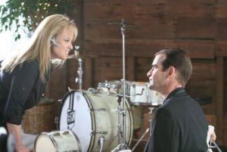 DAVE RATAJCZAK als Drummer und ROBIN SKYE als entnervte Hochzeitsplanerin