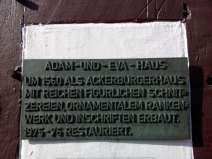 Bronzeplatte am Adam-und-Eva-Haus