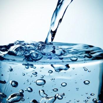 Gefiltertes Trinkwasser: klares gesundes Trinkwasser