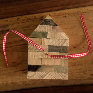 Haus aus Holz für Geldgeschenk