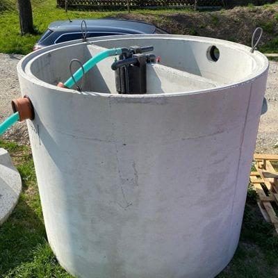 Kleinkläranlage-Sano-Clan-installiert-Behälter-Baustelle