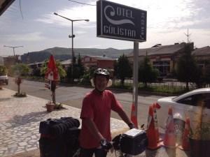 Vor dem Hotel in voller Ausrüstung
