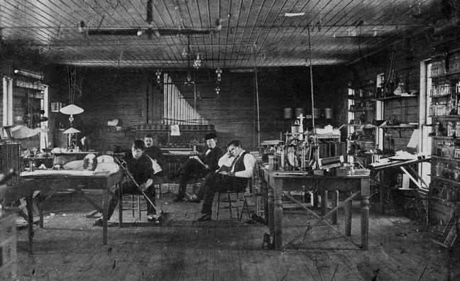 Thomas-Edisons-Assistants-in-menlo-park