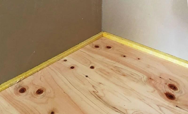 床防振の壁際